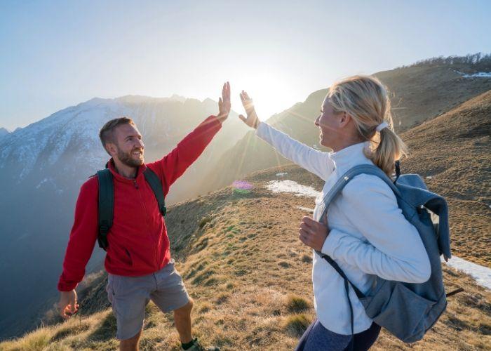 Zwei Wanderer geben sich ein High Five